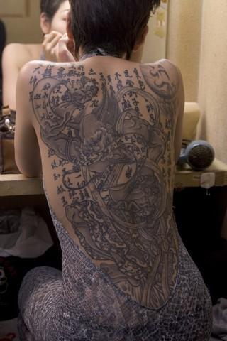 Обнаженная японочка с татуировкой